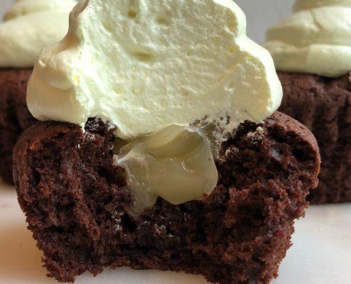 Chokolademuffins med lemoncurd og flødebolleskum